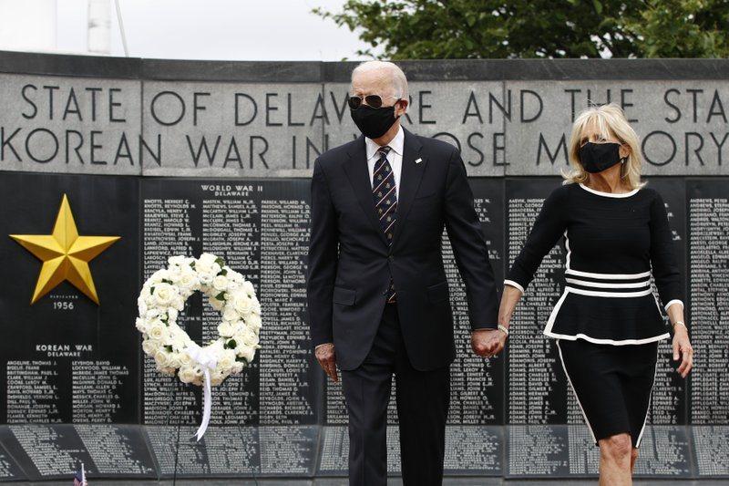 民主黨準總統參選人拜登(Joe Biden)偕妻到德拉瓦州住家附近的威明顿(Wi...