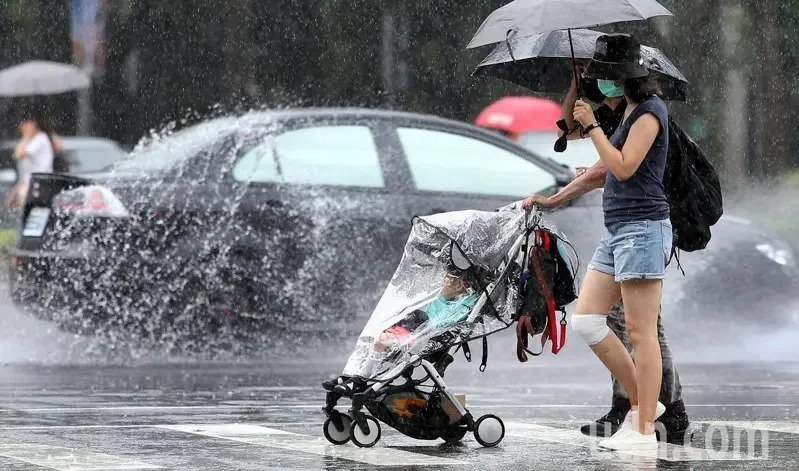 受到鋒前不穩定的影響,今天的午後熱對流發展比起昨天明顯,各地中午後都要留意雷陣雨...