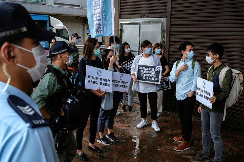 香港示威者22日在香港中聯辦前,抗議港版國安法。路透