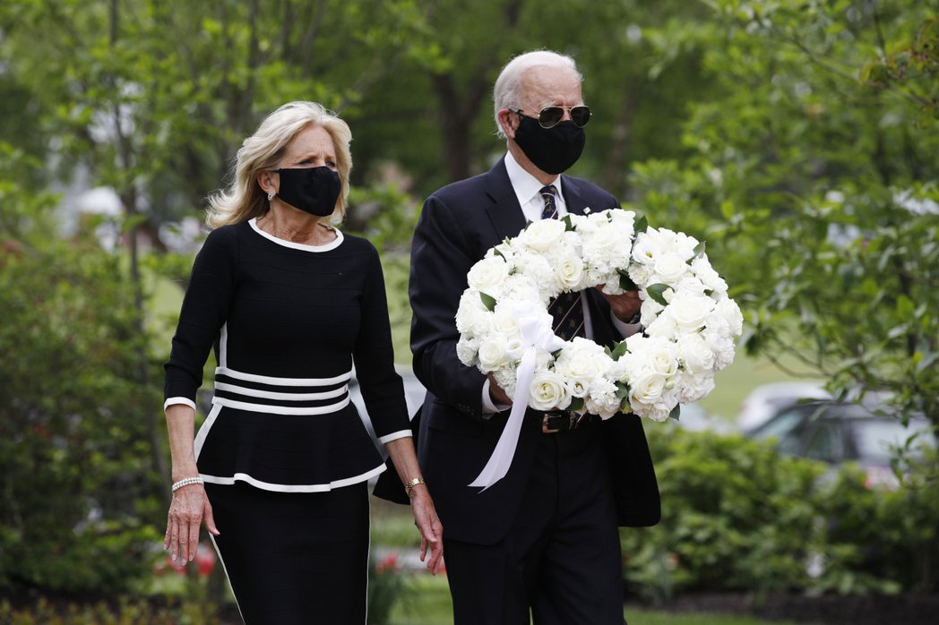 美民主黨準總統候選人拜登(右)25日偕妻子到德拉瓦州住家附近的威明頓退伍軍人紀念...