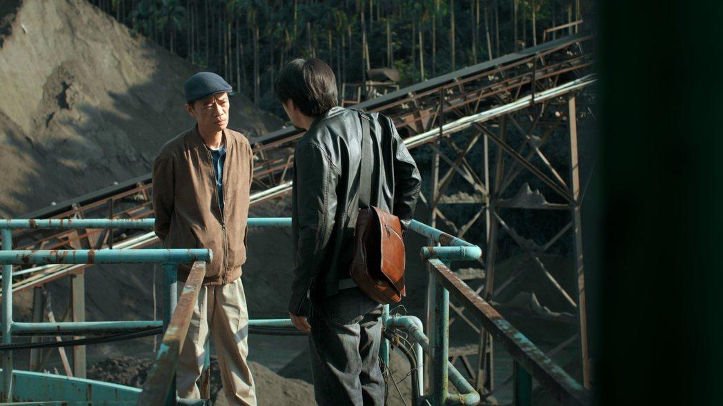 吳朋奉(左)在「鏡子森林」飾演毒梟。圖/民視提供