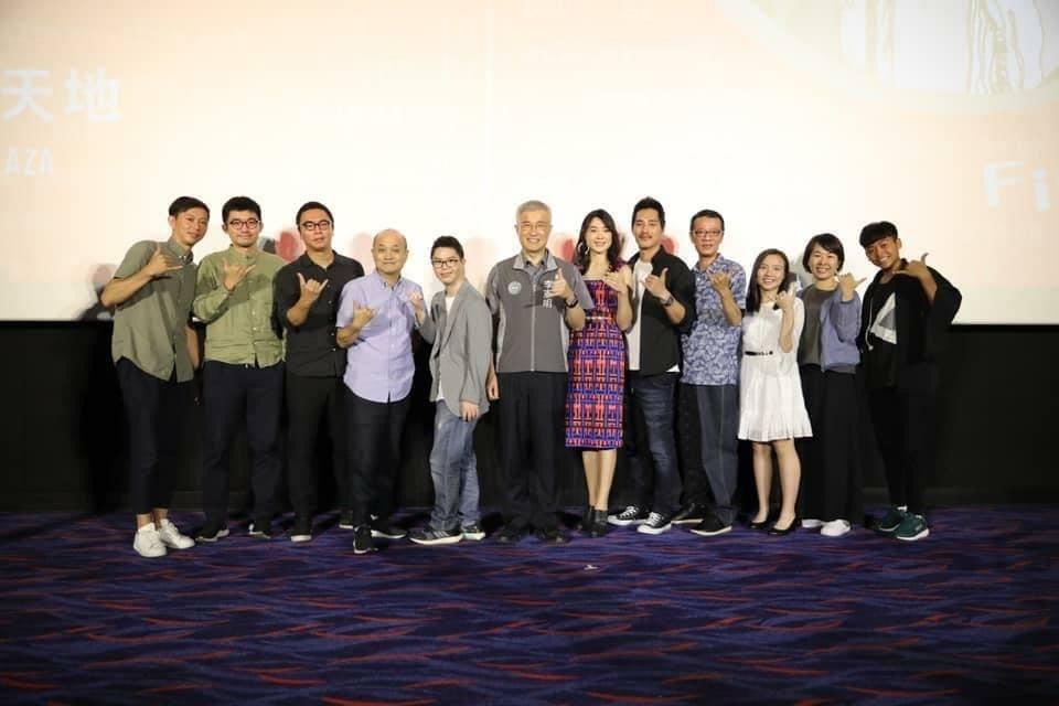 曾珮瑜(右6)分享在桃園電影節與吳朋奉(右4)一起擔任評審的合照。圖/摘自臉書