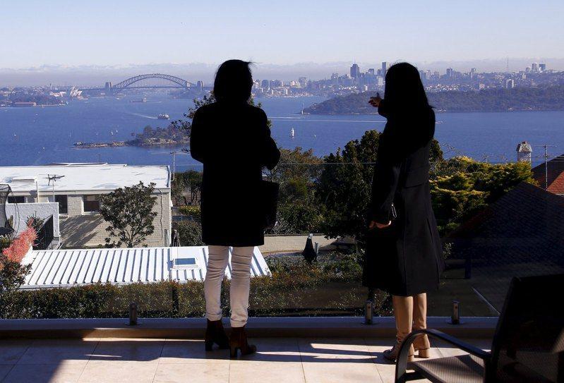 房仲業者帶著來自中國大陸上海的客戶,參觀可以眺望雪梨港的一處房產。  路透