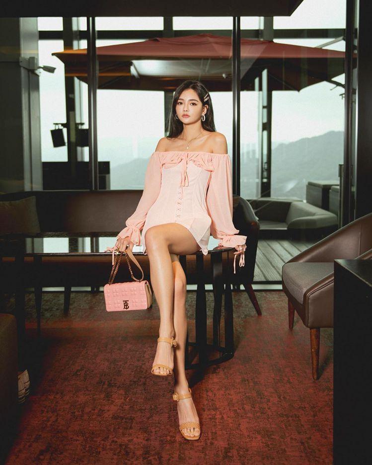 名媛夏黃廉盈搭襯BURBERRY小型雙色調絎縫羔羊皮Lola包,55,000元。...