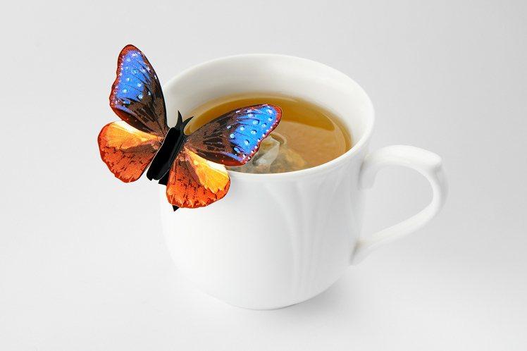 醫護人員憑證前往觀景台,送台灣小農蝴蝶造型茶包。圖/台北101提供