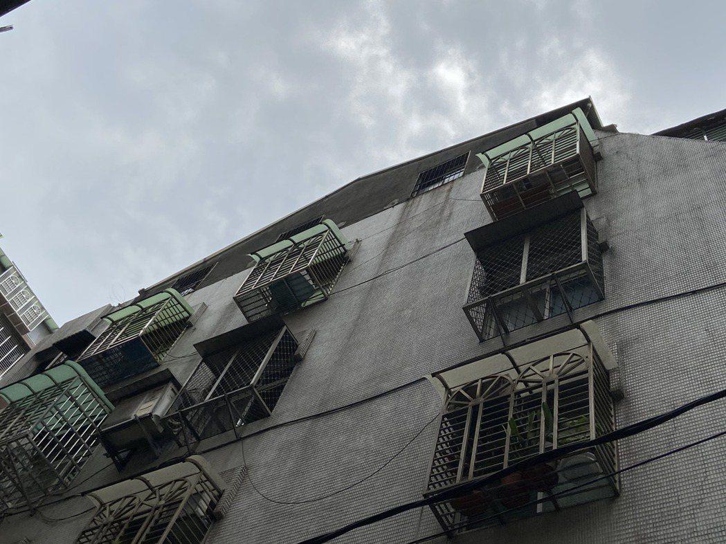 吳朋奉平日住在六樓頂樓加蓋,姪女一家住在樓下。記者柯毓庭/攝影