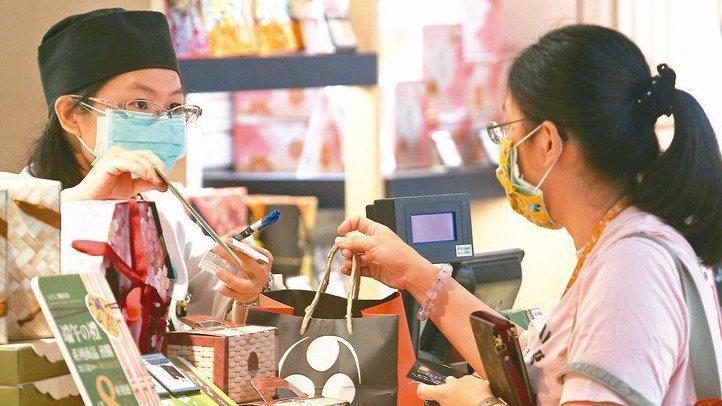 振興券方案規畫支付1千元換3千元,引起爭議,圖為民眾購物。 記者蘇健忠/攝影