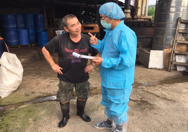 稽查人員前往養豬場進行查核。圖/新北市動保處提供