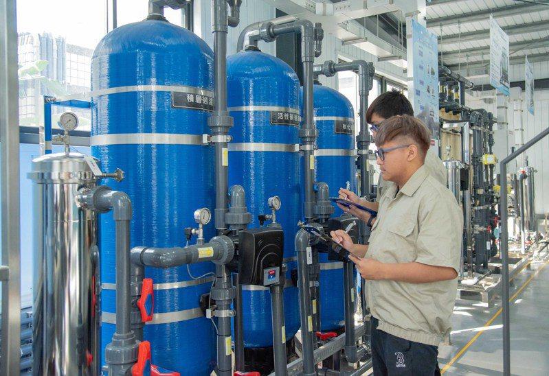 嘉南藥理大學有全國唯一的再生水類培育基地,學生更能與產業接軌。圖/校方提供