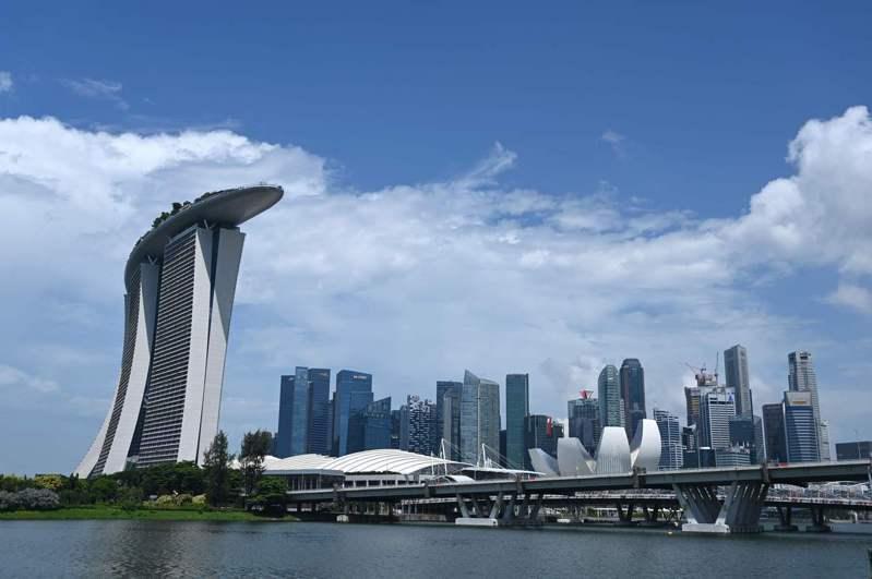 新加坡疫情趨穩,將分階段恢復經濟,星國政府今天起再次發放口罩,除透過原有管道,這次新增自動販賣機發放免費口罩,只需掃描身分證件即可領取。法新社