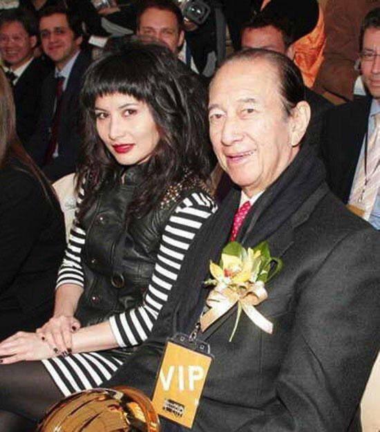 何超儀(左)和父親何鴻燊合影。圖/摘自微博