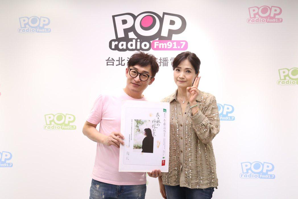 方季惟(右)接受哲緯訪問。圖/POP Radio提供