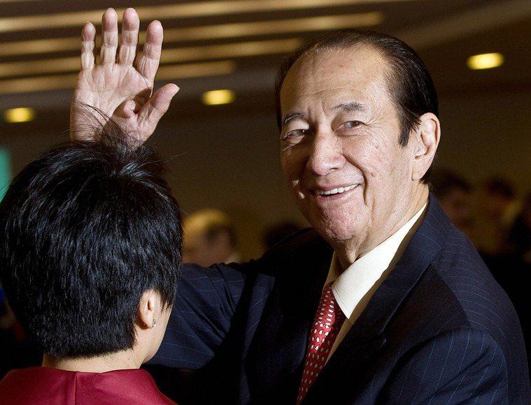 澳門賭王何鴻燊今病逝,享耆壽98歲,根據香港媒體報導,何鴻燊過世之前,曾打下數支...
