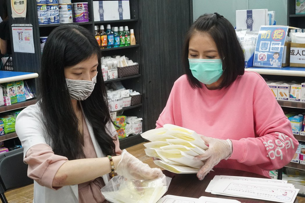劉香慈到藥局配發口罩。圖/三立提供