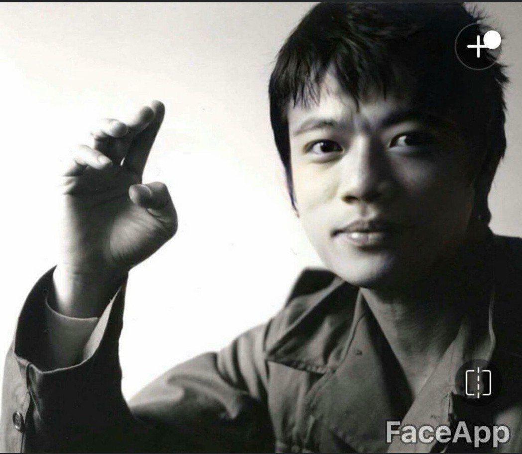 吳朋奉年輕時帥照,曾與友人說過想拿這張當遺照。圖/擷自臉書