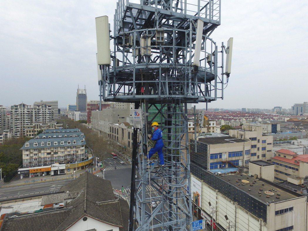 中國大陸5G及再生能源等「新基建概念股」火紅。圖為中國電信施工人員正在上海松江區...