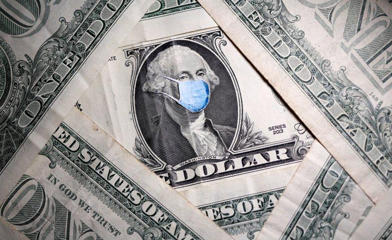 由於對前景感到擔憂,許多美國民眾在拿到政府紓困支票後,不是衝到沃爾瑪、好市多等大賣場買東西,而是先繳付各種帳單。(路透)