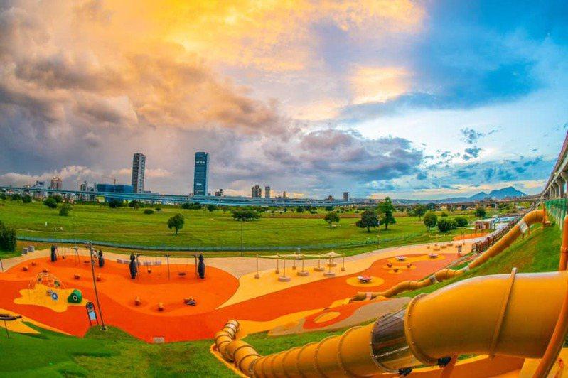 新北大都會公園周日搶先開放C區「仙獸群舞」堤坡溜滑梯。圖/新北市高管處提供