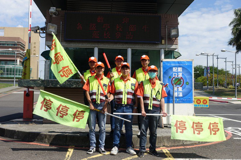 高雄樹德科技大學招募學生組成交通服務隊,協助警衛維護師生交通安全。圖/樹德科技大學提供