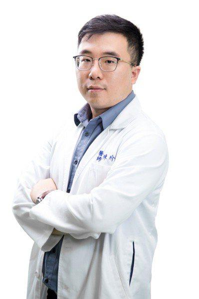 衛生福利部旗山醫院中醫科主任陳玠廷提醒,民眾夏天別喝太多冷飲,以免身體中暑不適。圖/旗山醫院提供