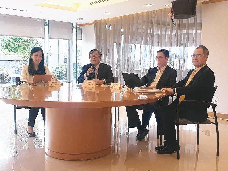 永豐金控總經理朱士廷(左二)表示,受新冠肺炎疫情影響,第1季稅後盈餘23.5億元...