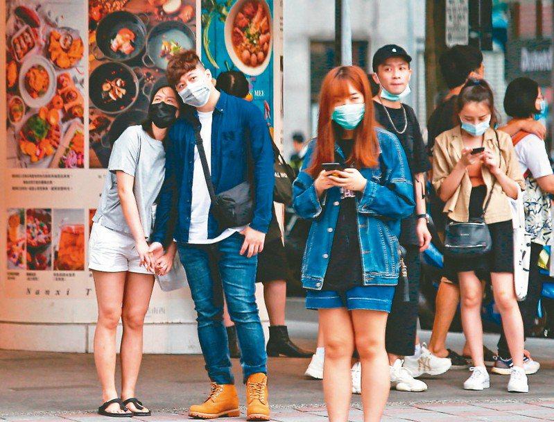 中央流行疫情指揮中心宣布口罩禁令將於六月一日解禁,國內開放自由買賣,並與現行實名制並行。 圖/聯合報系資料照片