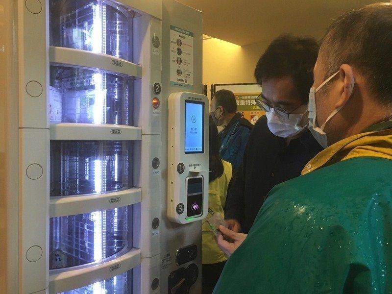 台北市資訊局今天表示,實名制口罩販賣機試辦計畫結束,機器將歸還廠商。聯合報系資料照/記者張世杰攝影