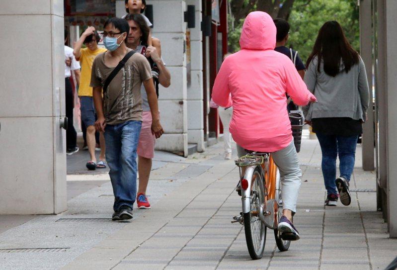 內政部指出,為提升市區道路服務品質,每年訂有「市區道路養護管理暨人行環境無障礙考評計畫」,督促地方政府檢視轄區內的道路現況,並積極改善及建設。 本報系資料照