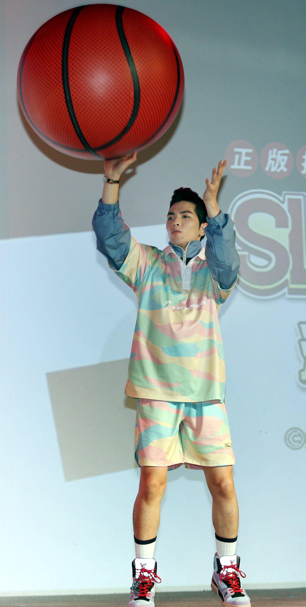 蕭敬騰私下很愛打籃球。記者侯永全/攝影