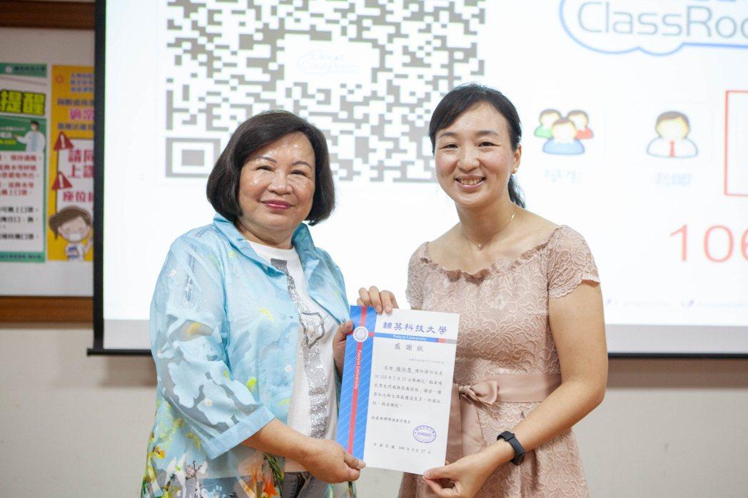 高雄市助產師助產士公會理事長徐麗月頒發感謝狀予楊淑蕙講師。校方/提供。