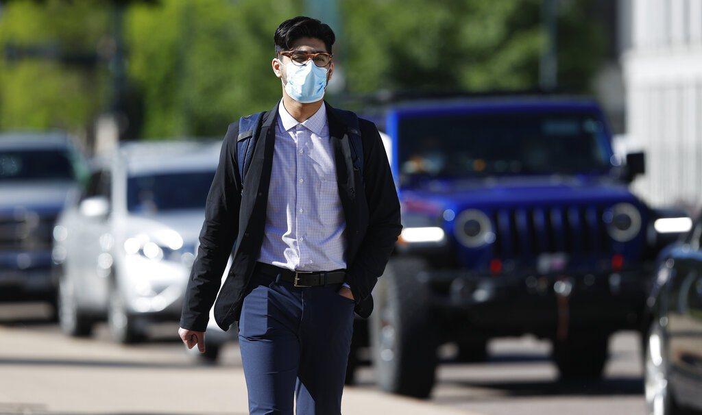 面對新冠病毒,戴口罩已成為日常生活新常態。 美聯社