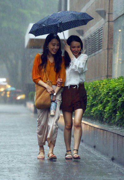 氣象局一早針對台南市、高雄市、屏東縣發布豪雨特報,基隆市等13縣市發布大雨特報。 本報系資料照/記者杜建重攝影