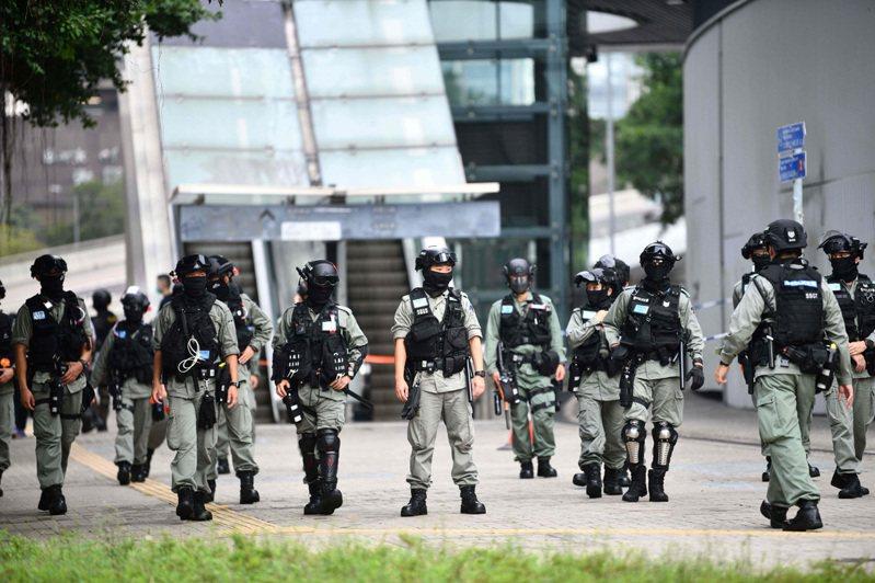 香港警方在立法會外重兵把守。 法新社