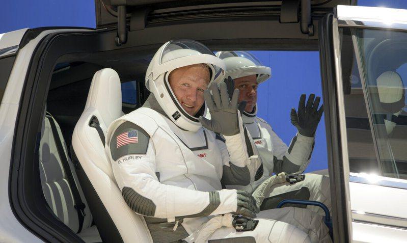 美國太空人班肯(右)與赫爾利(左)在全新的「飛龍號」(Crew Dragon)太空船展開旅程前,已經接受嚴格的隔離兩週。 美聯社