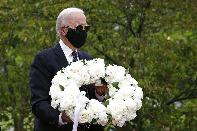 民主黨總統參選人拜登(圖)在陣亡將士紀念日這天,戴上黑色口罩向美國陣亡軍人獻花圈致敬,卻遭總統川普推文嘲弄。 圖/美聯社