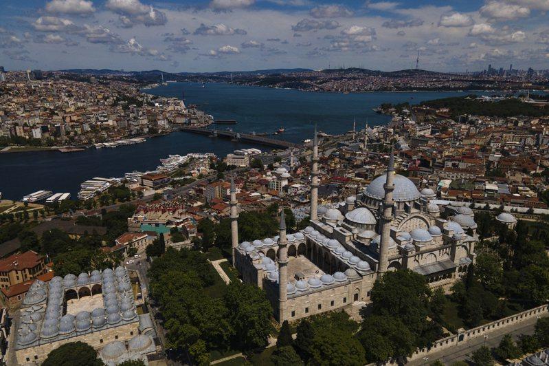 土耳其媒體報導,昨天強風暴雨後,歐亞大陸天然分界的博斯普魯斯海峽水色變成「土耳其藍」。 美聯社