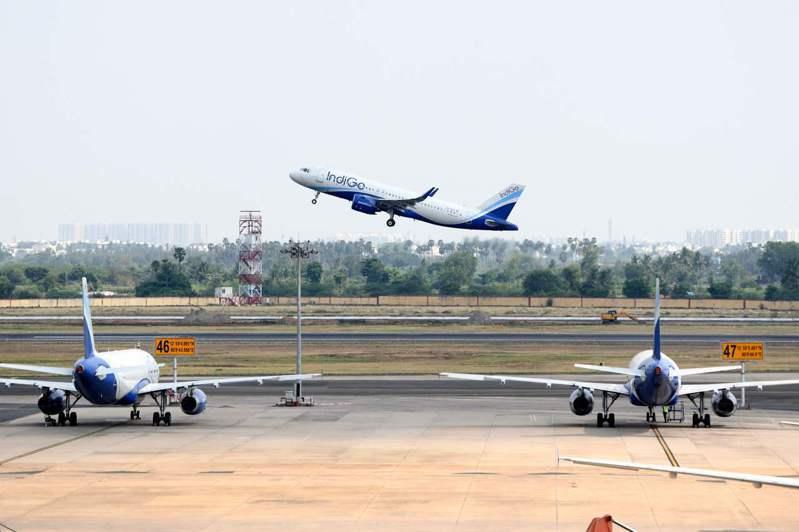 印度國內航線25日復航,當天搭乘靛藍航空(IndiGo)從清奈飛孔巴托航班的乘客中,有1名乘客確診感染新冠肺炎,導致這個航班的機組人員必須隔離14天。示意圖。法新社