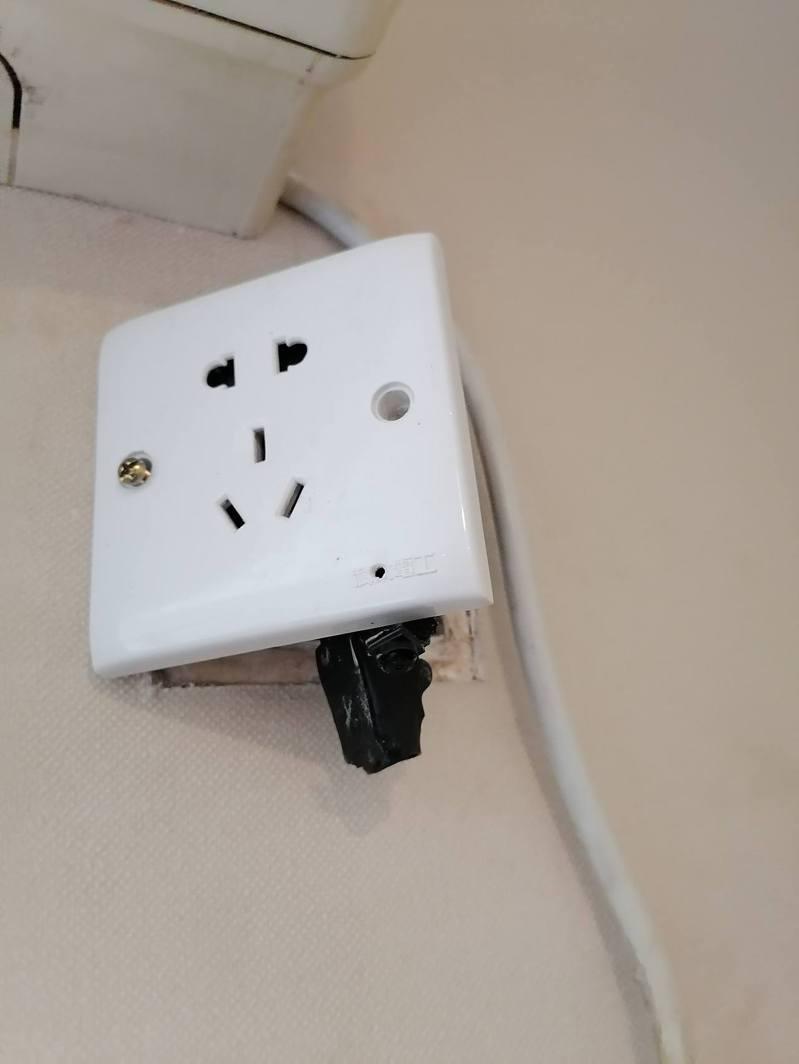 房客見插頭上裝有針孔。網路圖片