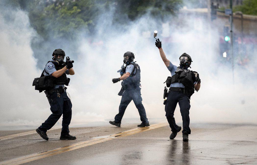 5月26日,明尼亞波利斯警察——也就是佛洛伊德命案的出事單位——派出大批鎮暴特警...