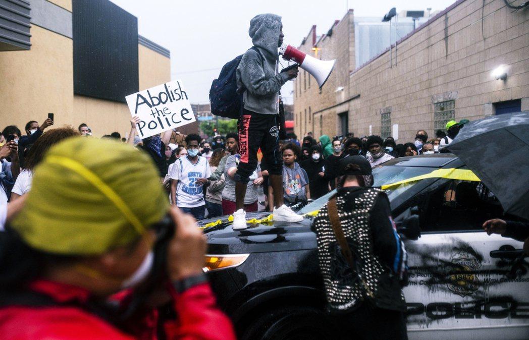 「解散警隊!」包圍並跳上警車的市民示威者。 圖/法新社