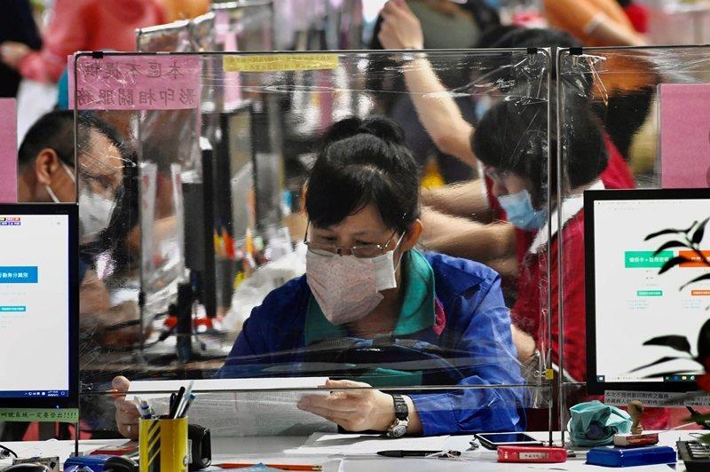 台灣因為疫情與防疫措施,而產生特定產業與勞動者的紓困需求,更凸顯重啟經濟的迫切性。 圖/法新社