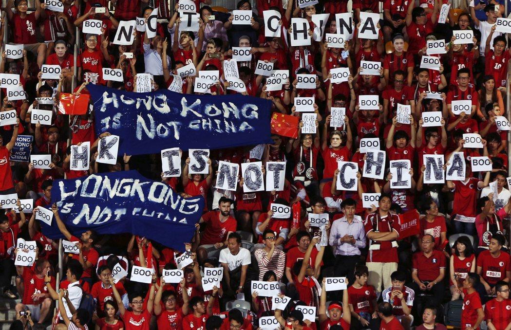 過去中港在體育賽事上的「噓國歌」衝突不斷。圖為2018年的國際足球賽事上,有香港...