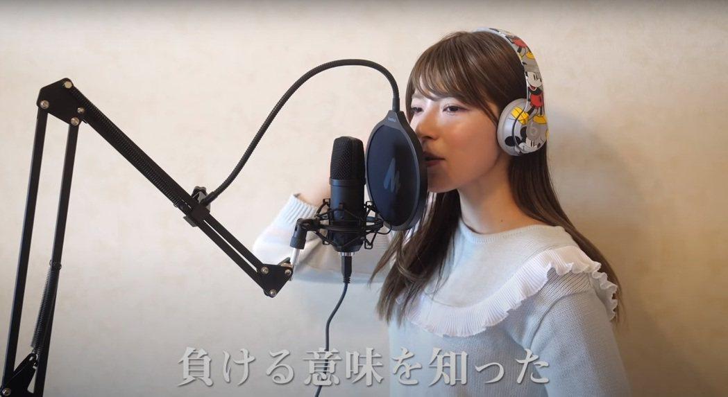 上原亞衣翻唱「鬼滅之刃」片頭曲「紅蓮華」。圖/擷自YouTube