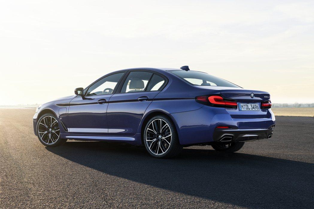 小改款BMW 5 Series Sedan (G30) 車系新增全新545e x...