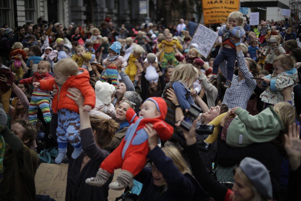 一群母親帶著嬰兒參加氣候議題的示威活動,2019年攝於英國。 圖/美聯社