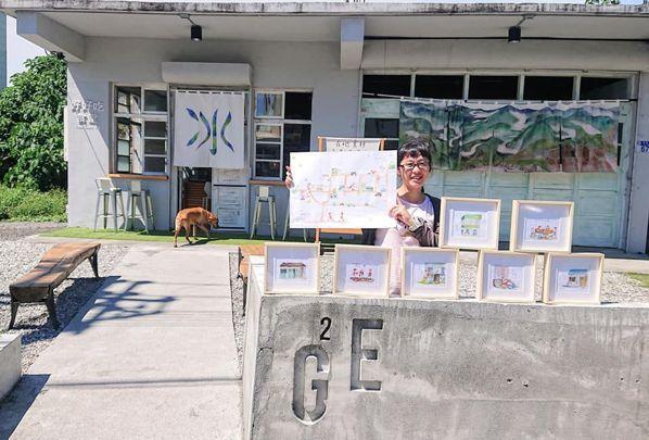 來「練習曲」打工換宿的大學生,發揮了自己的美術長才為附近各景點,繪製60多幅的作...