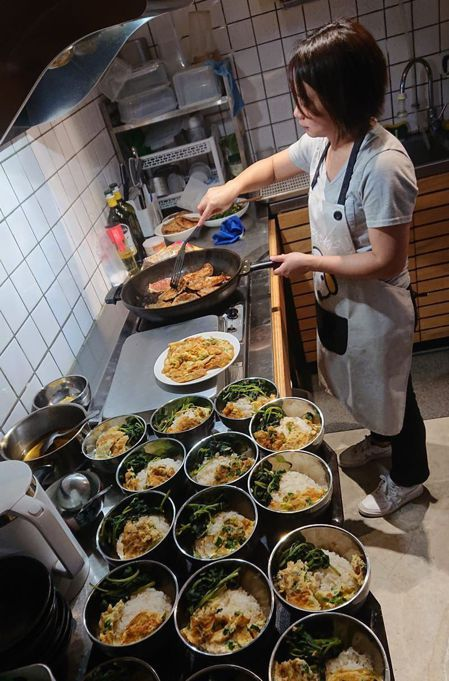 胡文偉和太太每天都細心準備20人份晚餐,力求讓小球員吃得營養均衡。