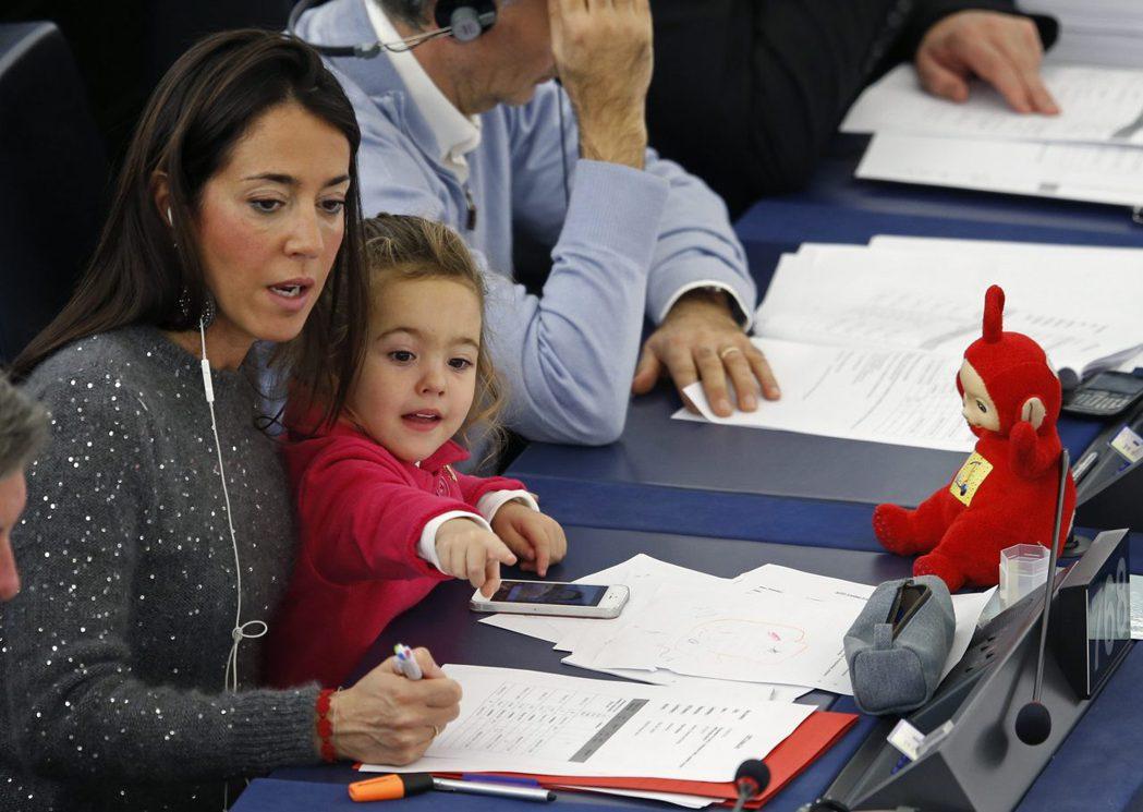 義大利的歐洲議會議員Licia Ronzulli帶著女兒進入議場工作。 圖/路透社