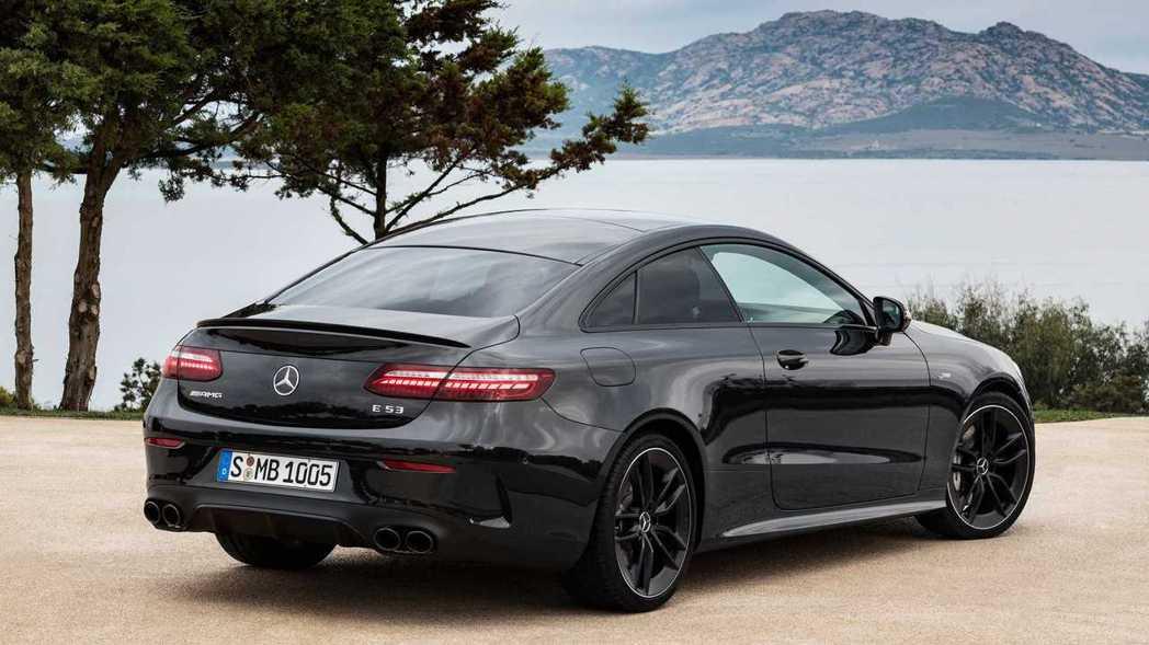 Mercedes-AMG E53 Coupe改採四出尾管更添霸氣。 摘自Merc...