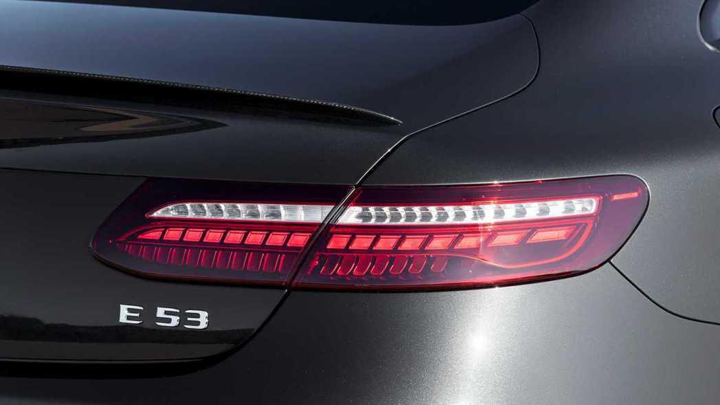 尾燈維持賓士E Coupe絕美的長型LED燈條,內部的燈組排列經過重新設計。 摘...